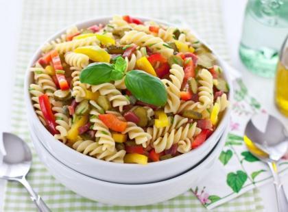 Włoska sałatka z kurczakiem i suszonymi pomidorami – przepis