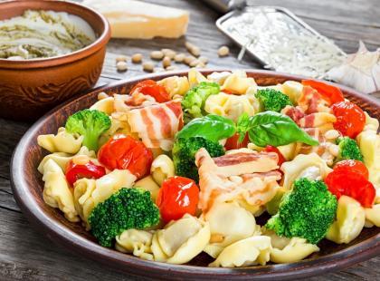 Włoskie pierożki w lekkiej odsłonie - sprawdź przepisy na sałatkę z tortellini