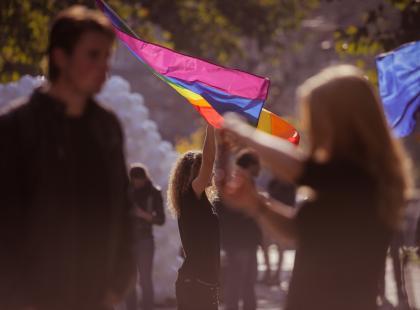 """Wołali na niego: """"pedale"""", """"cioto"""", """"pedofilu"""". Teraz szkoła ma przeprosić ucznia za homofobię"""