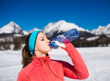 Wszystko o prawidłowym nawodnieniu organizmu. Ile powinnaś pić wody w czasie zimy?