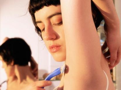 Wyjątkowa i prokobieca. Ta kampania maszynek do golenia pokazuje prawdziwe kobiety z prawdziwym owłosieniem