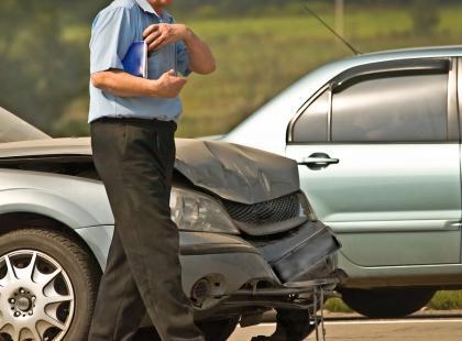 Wypadek drogowy – jak pomóc, by nie zaszkodzić?