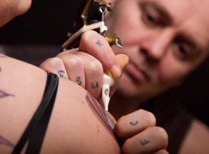 Wysokie ryzyko zakażenia WZW typu C przy wykonywaniu amatorskich tatuaży
