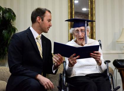 Wzruszające: ta 97-latka uzyskała dyplom po prawie... 80-letniej przerwie w nauce!