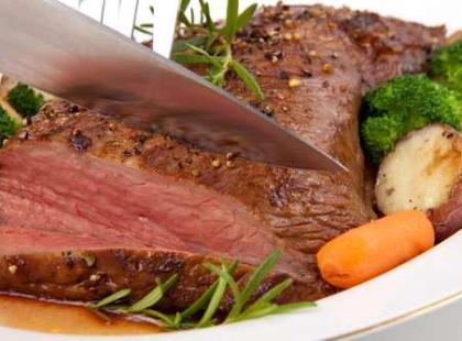 Mięso przyozdobione warzywami wygląda o wiele apetyczniej. Pamiętajmy również o tym, że sos należy podawać oddzielnie.