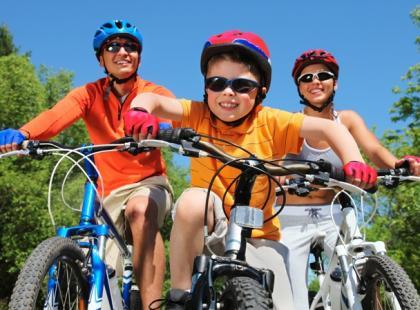Z dzieckiem na rower - wybrać przyczepkę czy fotelik?