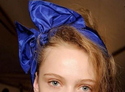 Z kokardą we włosach