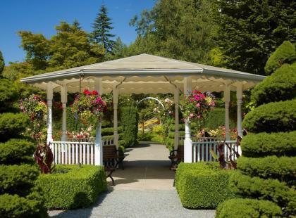 Zaaranżuj ogród tak, aby zdobiły go nie tylko rośliny. Zobacz, co jeszcze może go upiększyć