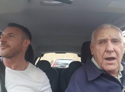 Zaczęli od śpiewania w samochodzie, a teraz chcą nagrać płytę. Wzruszający duet - syn i ojciec chory na Alzheimera - podbija świat!
