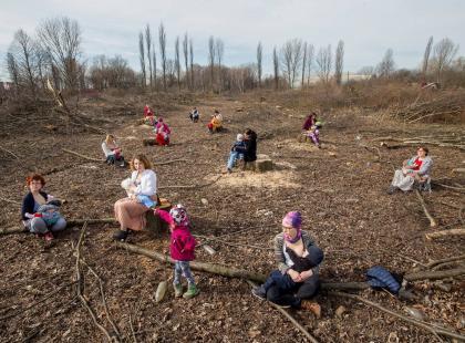 Zaczęło się od Krakowa, happening przywędrował do Warszawy. Matki Polki karmią dzieci piersią wśród ściętych drzew