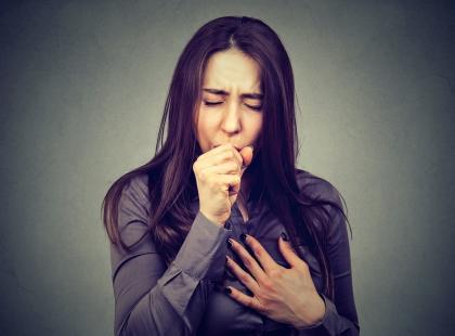 Zaczyna się od kaszlu… To powikłanie grypy może powodować nawet problemy z oddychaniem