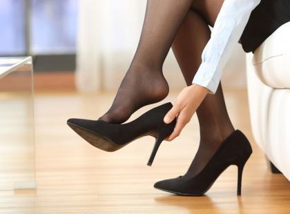 """Zakaz noszenia szpilek do pracy? Tak, w tym kraju jest to zabronione. Są """"niebezpieczne i seksistowskie"""""""