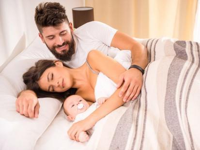 Zalety i wady spania z niemowlakiem w jednym łóżku