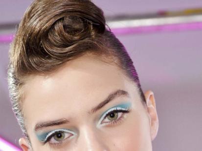 Zalotna fryzura jak u dziewczyny pin up