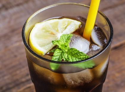 Zamawiasz w restauracji napoje z cytryną? Lepiej tego nie rób dla własnego zdrowia…