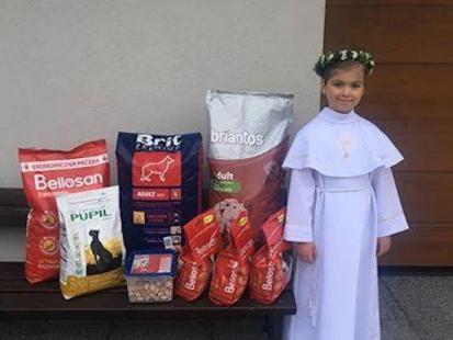 Zamiast kwiatów dziewczynka na komunię świętą poprosiła o karmę dla psów. Zebrała 49 kilogramów