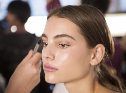 Zapomnij o macie w makijażu! W tym sezonie króluje mirror glaze skin