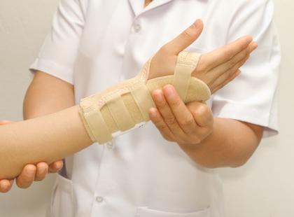 Złamanie kości łódeczkowatej – konsekwencja upadku na wyprostowane ręce