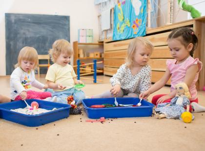 Dzieci bawiące się w żłobku