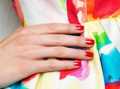 Złoto, srebro, biel, ozdoby… 8 gorących trendów w manicure na wiosnę 2017