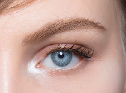 Zmarszczki, obrzęki, podkówki pod oczami? Oto 5 sprawdzonych kremów i zabieg na okolice oczu!