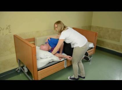 Zmiana pozycji osoby po udarze z leżenia do siadu – instruktaż