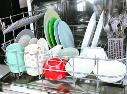 Zmywanie tradycyjne czy zmywarka - co jest bardziej oszczędne?