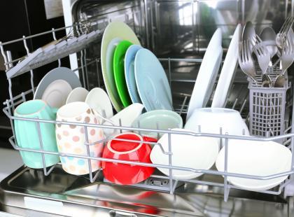Zmywarka to sprzęt niezbędny w wielu domach. Czego jednak nie można w niej myć?