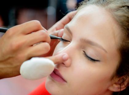 Znamy łatwy sposób na doskonały makijaż. Wystarczy nakładać kosmetyki w tej kolejności!