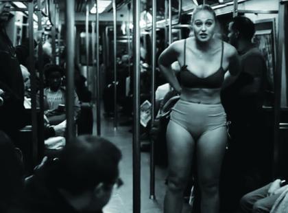 Znana modelka rozebrała się w metrze. Co chciała zademonstrować?