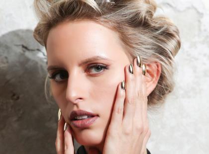 Zobacz, jak szybko zrobić modną wieczorową fryzurę!