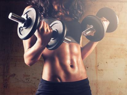 Zobacz, jak wykonywać najlepsze ćwiczenia na ramiona!