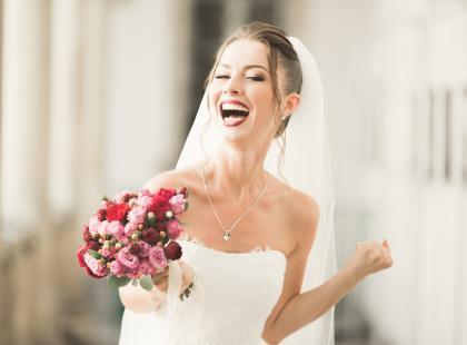 Zobacz najmodniejszą fryzurę na wesele! Piękne upięcie ślubne dla blondynki