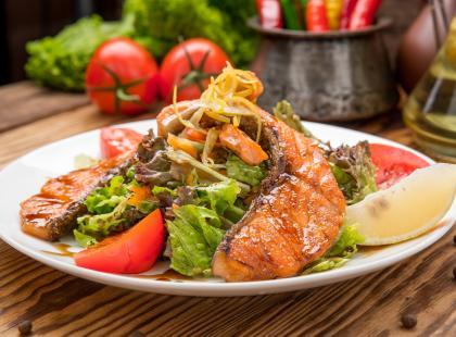Zobacz przepisy na doskonałą sałatkę z łososiem, którą przygotujesz w niecałe 20 minut!