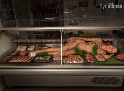 """""""Została jeszcze szynka z pośladków?"""". Pewien rzeźnik reklamuje swój sklep nagą kobietą leżącą pośród mięsa"""