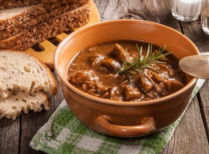 Zupa gulaszowa: kultowy przepis kuchni węgierskiej