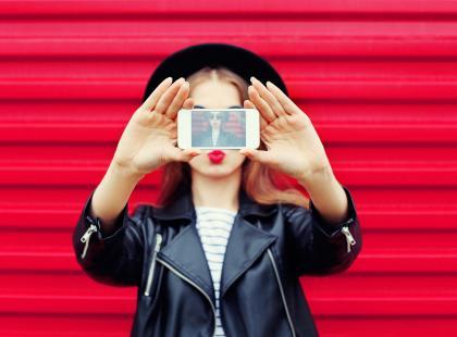 Zwykłe selfie, czy może portret? Jaki format rządzi w social mediach w tym sezonie?