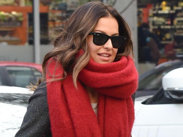 Czerwony szalik Ani Lewandowskiej kupicie w znanej sieciówce. Każda z nas robi tam zakupy!