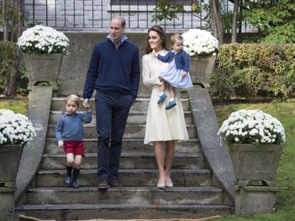 George i Charlotte nie dłubią w nosie i nie robią scen. Jak wychowuje się dziś księcia i księżniczkę?