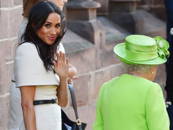 Kobiety kochają te buty, a Meghan Markle nie może ich nosić! Wszystko przez królową