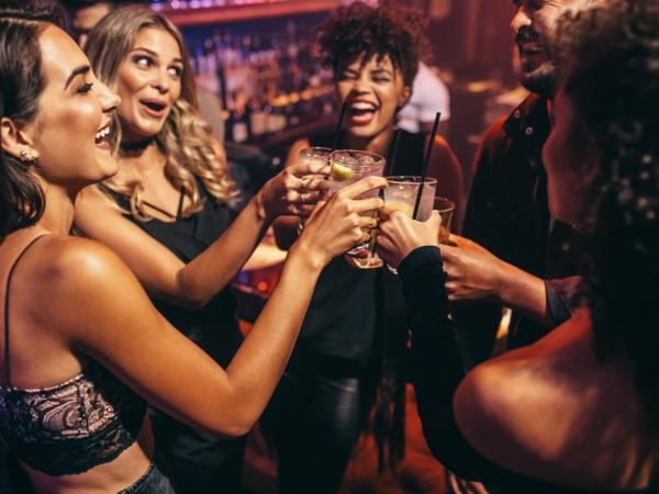 Piją alkohol zamiast jeść. Drunkoreksja – nowa choroba wśród kobiet?
