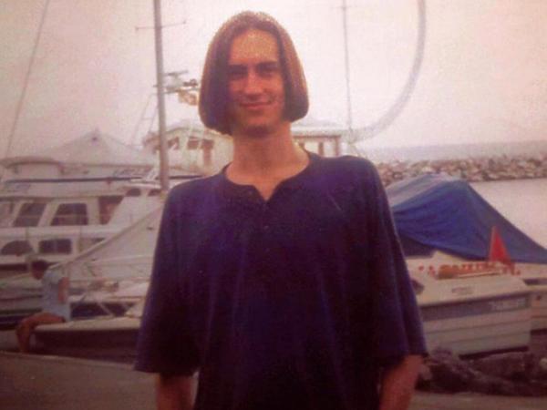 Poznajecie, kto jest na zdjęciu? Zdjęcia z młodości znanego dziennikarza są hitem sieci