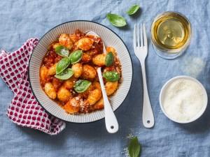 2 proste przepisy na włoski przysmak: gnocchi ziemniaczane i gnocchi szpinakowe