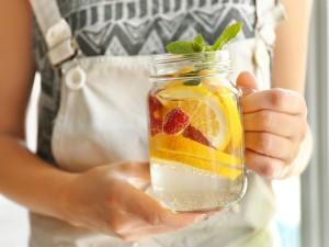 3 przepisy na wody smakowe, które idealnie sprawdzą się na letnie upały