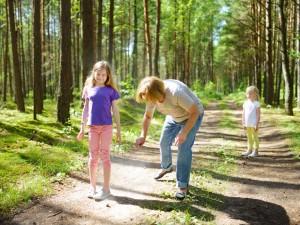rodzina w lesie, borelioza