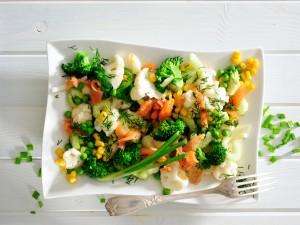 3 znakomite przepisy na sałatkę z brokułami na parze, którą zabierzesz na lunch do pracy!