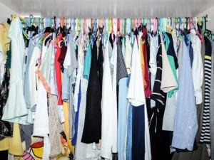 4 genialnie proste domowe triki, które sprawią że zyskasz więcej miejsca w szafie. I wcale nie chodzi o pozbywanie się ubrań!