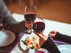 40 pomysłów na romantyczną kolację dla dwojga. Sprawdź i zaskocz druga połówkę!