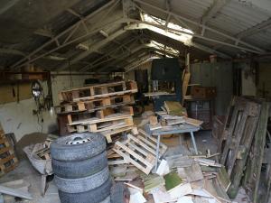 6 przedmiotów, których absolutnie nie powinnaś przechowywaćna strychu ani w piwnicy