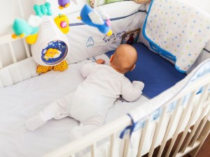 7 niebezpiecznych gadżetów, które wkładamy do łóżeczek niemowlaków